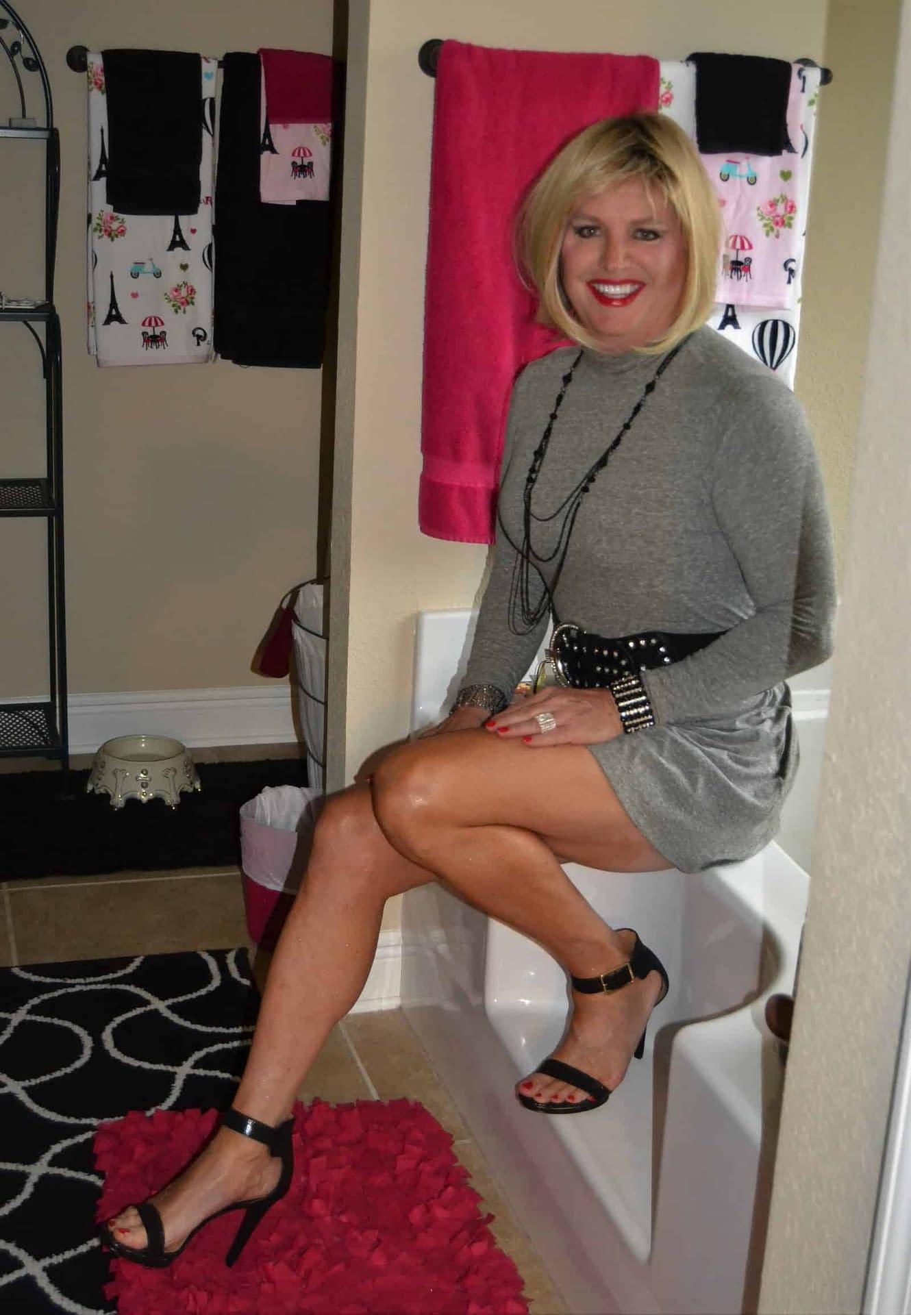 Rub a dub dub, there's a blonde on the tub!